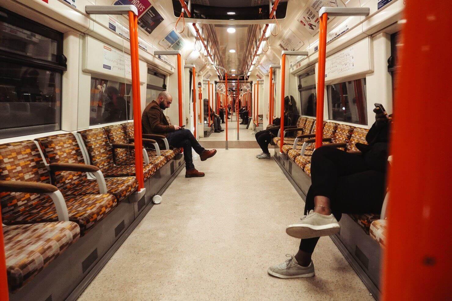 2016年にはじまった、金曜日と土曜日における地下鉄の24時間運行。今では6路線にまで拡大した(ロンドンは全12路線)。写真のOverground線はKingsland Roadを含めてクラブやライブ会場が多い地域を通るため、ナイトライフを楽しむ人たちに重宝されている。