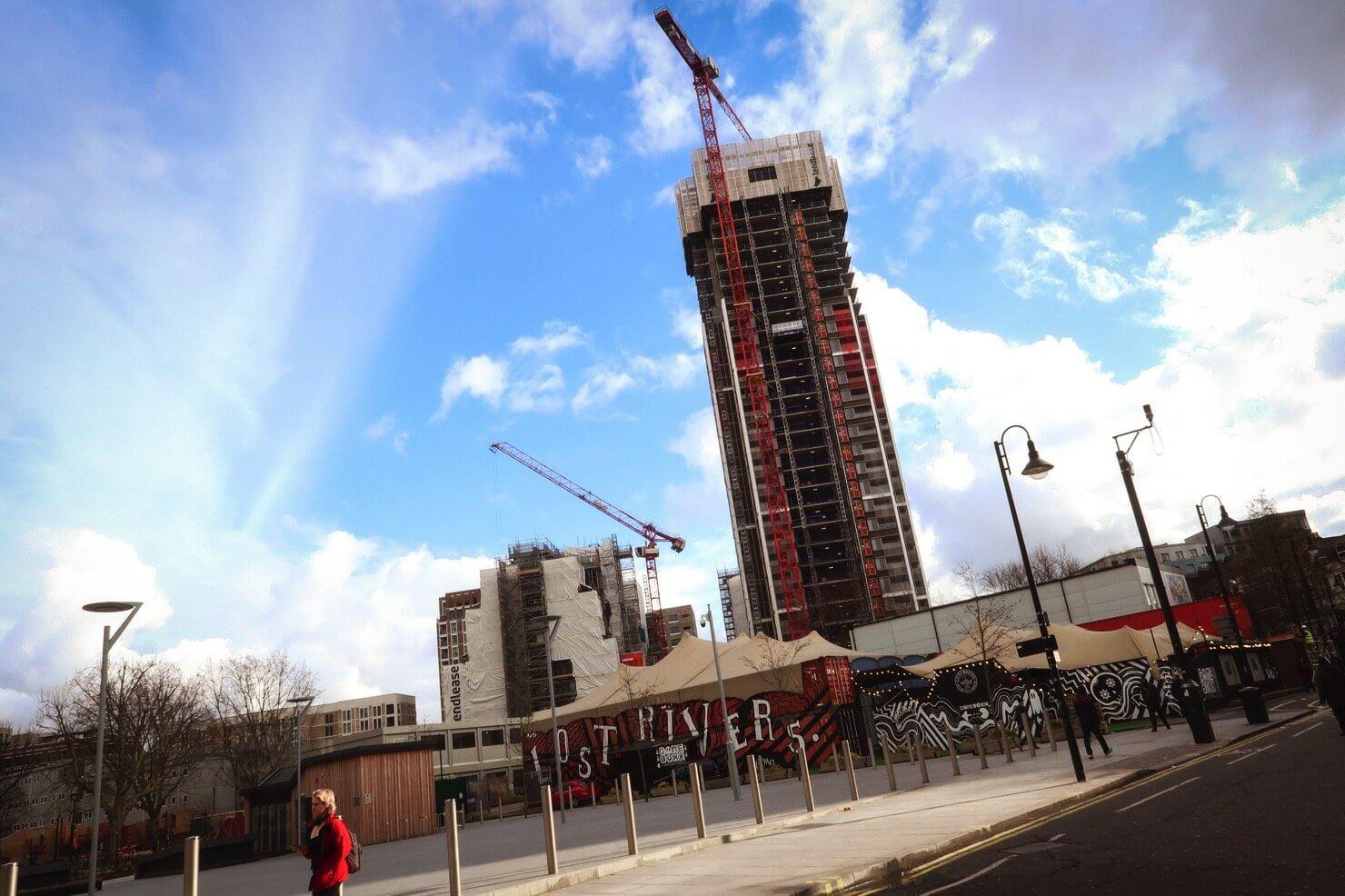 南ロンドン最大規模の団地だったアリスバーリー・エステートの跡地。2009年に取り壊されたあとは高級新築マンションの建設が進む